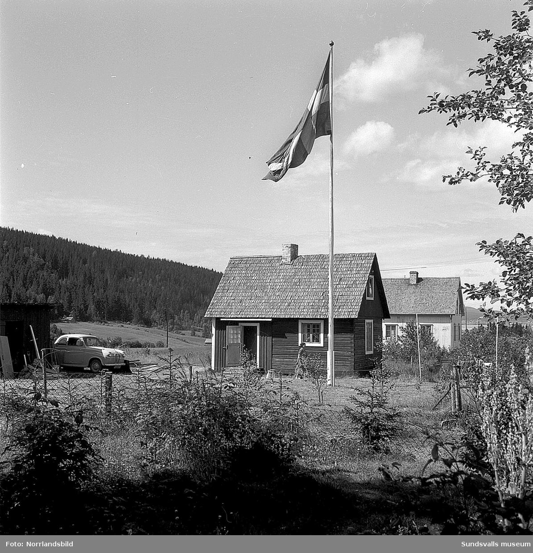 Exteriörbilder från Matfors pappersbruk. Fabriken, herrgården med flera byggnader.