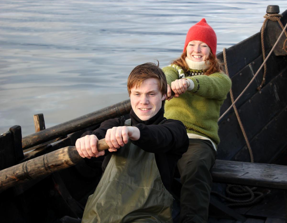 """På slike båter er det en fordel å ro """"mann i år"""", en person på hver åre.  Fra seilkurs på Museet Kystens Arv."""