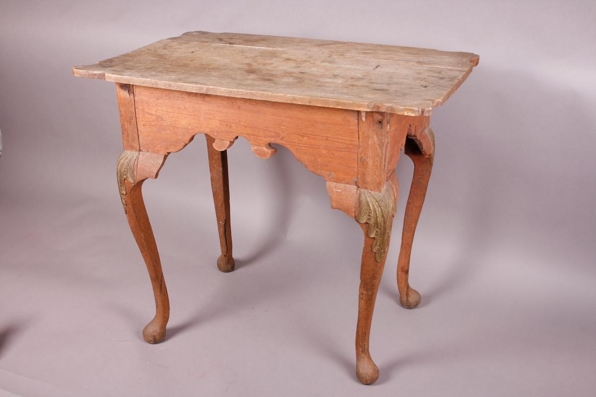 Bord med fire s-formede ben som ender i kuleføtter. Løs bordplate, som består av flere planker. Utskjæringer på knestykkene og sargen. Rester etter forgylling på knestykkene. Rester etter blå og rød maling på sargen.