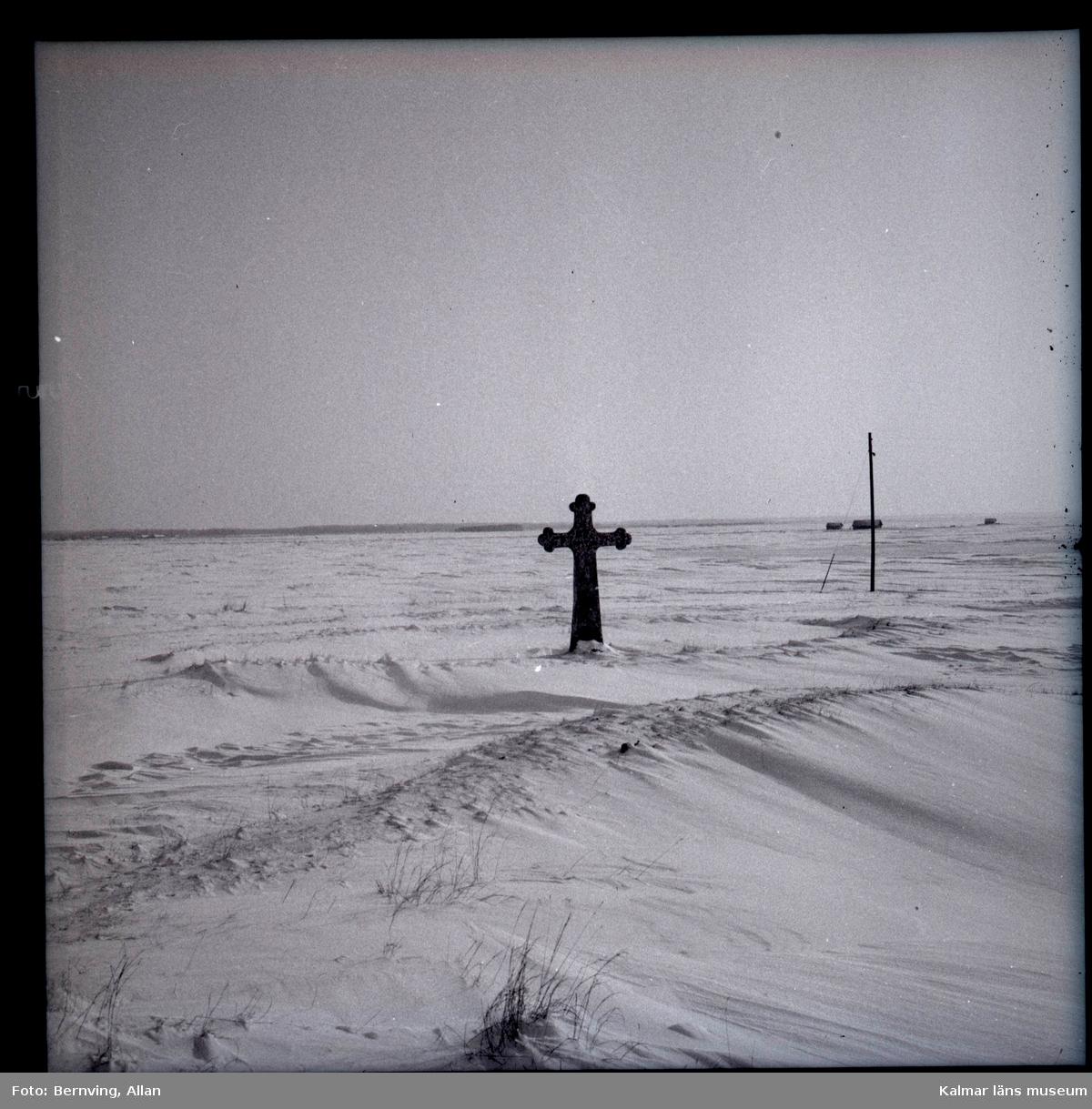 Mellan Sankta Birgittas kapell och stranden vid kapelludden finns ett stenkors, drygt 3 meter högt och 1,9 meter brett med klöverformade korsändar och en mjuk vulst längs kanten. Ett hål finns i korsmittens ena sida där det omtalas att en krok med en offerbössa hängt. Troligen är korset rest under 1200-talet. Det omges av en ringformig vall, tolv meter i diameter som undersöktes 1978. Den visade sig innehålla en kalkbruksfogad stabil mur med ingångar i norr och söder. Dess funktion är inte klarlagd. Källa Länsstyrelsen Kalmar län.