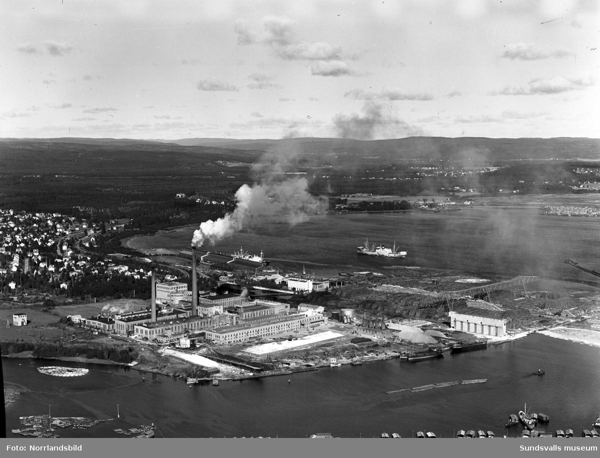 Flygfoto över Östrand sulfatfabrik.