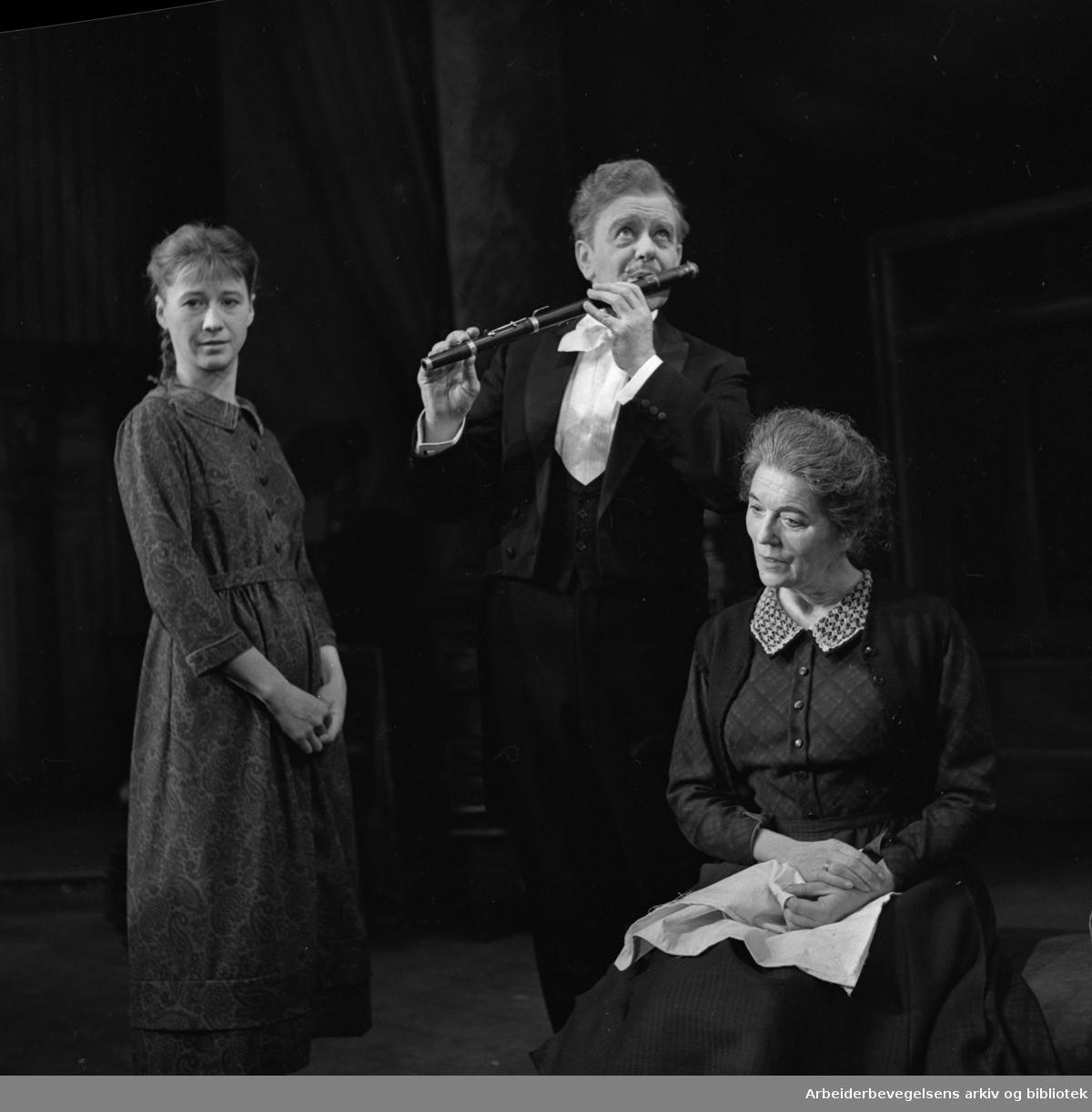 Nationaltheatret. Hovedscenen..VILDANDEN av Henrik Ibsen. Premiere 03.11.1964..Liv Thorsen som Hedvig. Per Aabel i rollen som Hjalmar Ekdal og Tore Segelcke som Gina Ekdal.