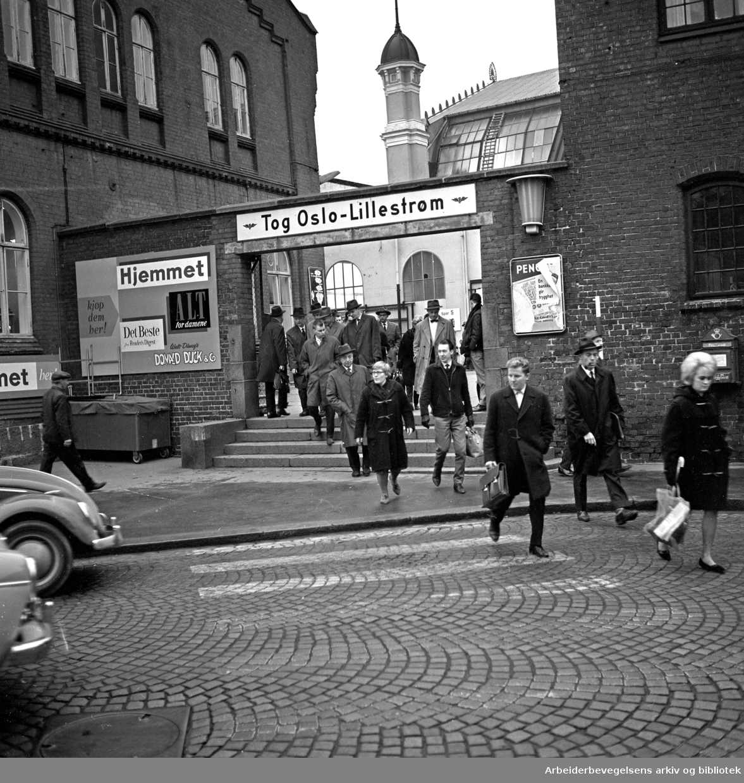 Østbanestasjonen. Passasjerer. .Tog Oslo - Lillestrøm..Jernbanegata..Foto 1964.
