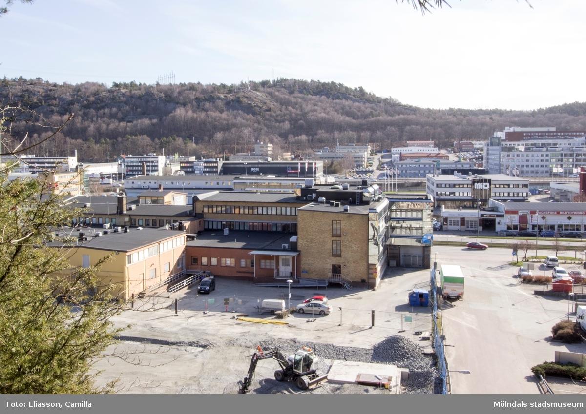 Platsen för gamla Lackarebäcks gård rakt fram till höger i bild. Bilden är tagen från Safjället över Lackarebäck småindustri och företagspark.  Lackarebäcks gård hade en stor trädgård. Området blev platsen för flera trädgårdsmästerier som anlades vid 1900-talets början. Efter andra världskriget omvandlades området från jordbrukskaraktär till bebyggelse av småindustrier. Trädgårdarna är ett minne blott. Den enda kvarvarande äldre byggnaden är ett vitt bostadshus, det ligger idag bakom de moderna kontorsbyggnaderna.