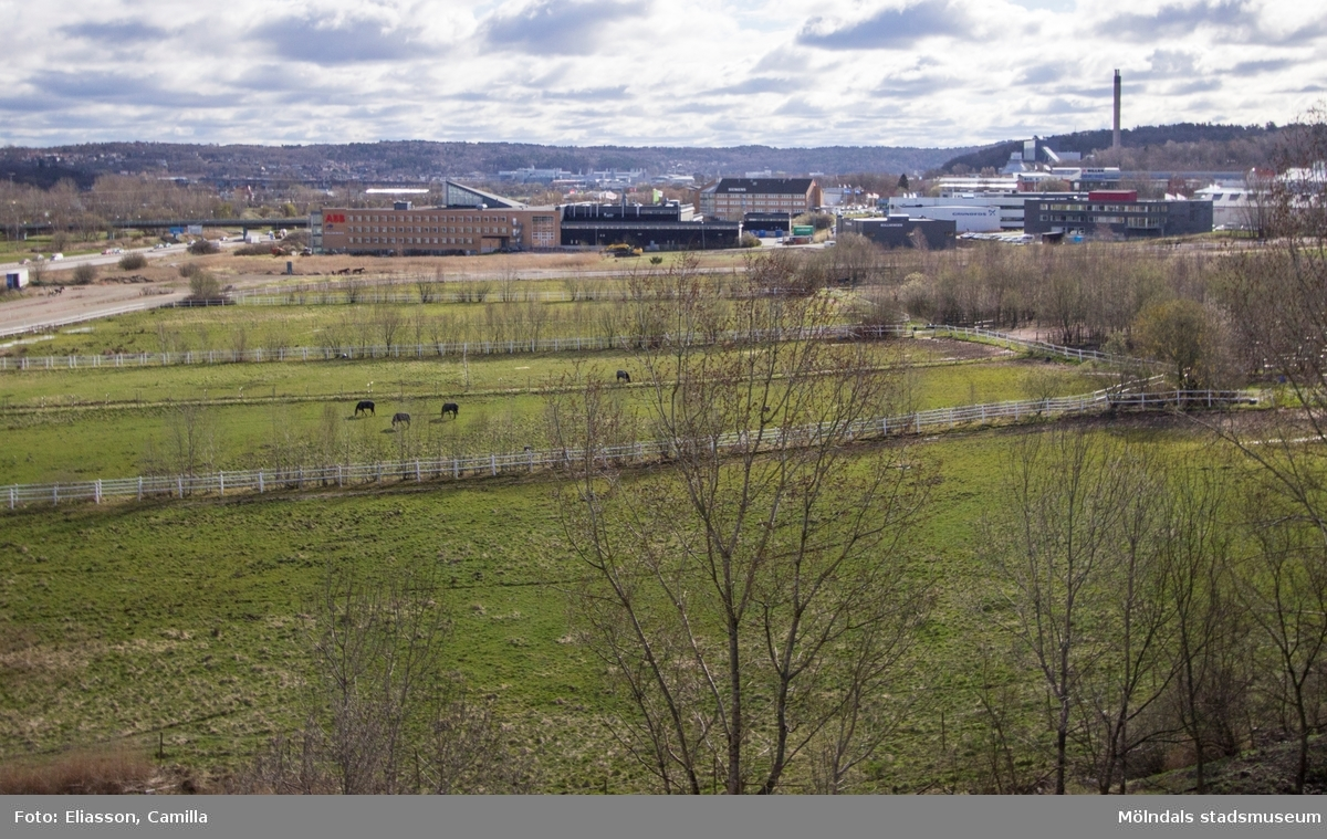 Åkrar och fält i Balltorps by har idag blivit hagar för travhästar. Som på så många ställen har sly vuxit upp till stora träd och skogsdungar.  Bort i fjärran ser man de stora industrier och kontorslokaler som har etablerat sig i Åbro/Kärra.