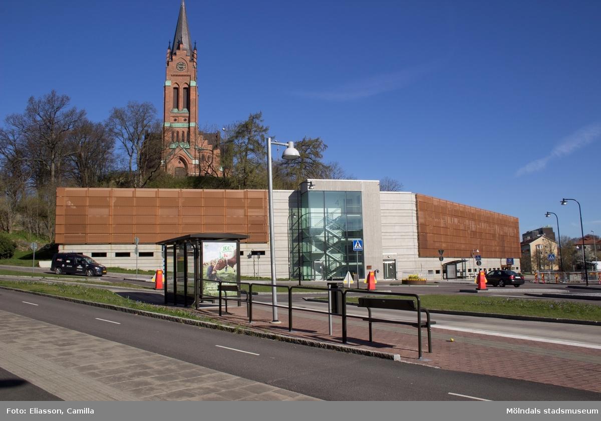 Parkeringsdäcket vid Tempelgatan 6, sett från Storgatan (f.d Frölundagatan). Däcket ligger alldeles nedanför Fässbergs kyrka.