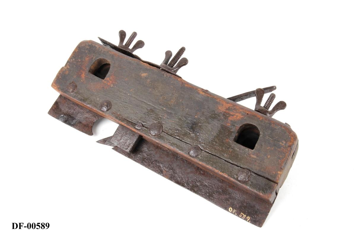 Jernskinne festet med jernnagler. Regulerbar jerntunge bak sponåpning, med vingemuttere øverst. Vinkel på høveljern er 43 grader.