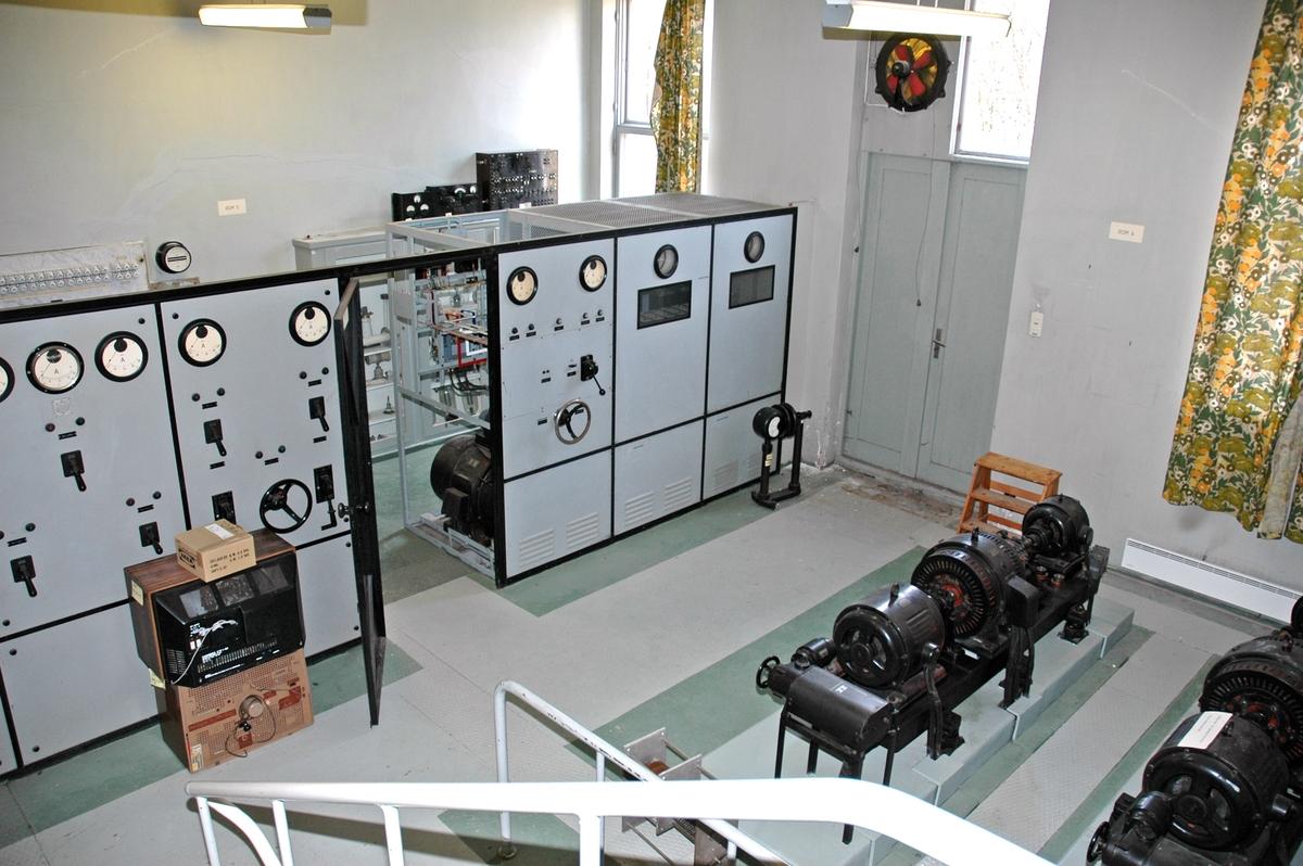 Askøy kringkaster er oppført i pusset betong i funkisstil, og stod ferdig i 1936-37. Senderbygningen på 24 x 12 meter fungerte som et stort senderkabinett for en 20 kW Telefunkensender fra Tyskland. Senderen er unik, fremdeles på plass og i god stand. Den ble nedlagt i 1978. Bygningen er toetasjes i halve bygget, enetasjes i resten. I bygningens sørvestre hjørne står transformatoren som transformerte spenningen ned til 230 Volt og leverte til senderens hovedtavle.  I mellometasjen (maskinrommet) er hovedtavle, motorer, generatorer, roterende omformer og høyspenningslikeretter.   I sokkeletasjen ble høyspenningen filtrert og levert til modulator og utgangstrinn. Her er også kjølevannspumpe, kjølevannstank og destillasjonsapparat. Vannet passerer en radiator hvor luft passerer ved hjelp av en stor ventilator. Marconisenderkabinettet på 1 kW er også plassert her.  I den øverste etasjen står Telefunkensenderen med høyfrekvensforsterkere, lavfrekvensforsterkere, avstemmings – og antennetilpasningsenheter, linjeforsterkere, kontrollorganer og kontrollpult med styringsutstyr.  Det var to høye 150 meter master tilknyttet huset. Huset var i en periode panelt med stående og liggende bord.
