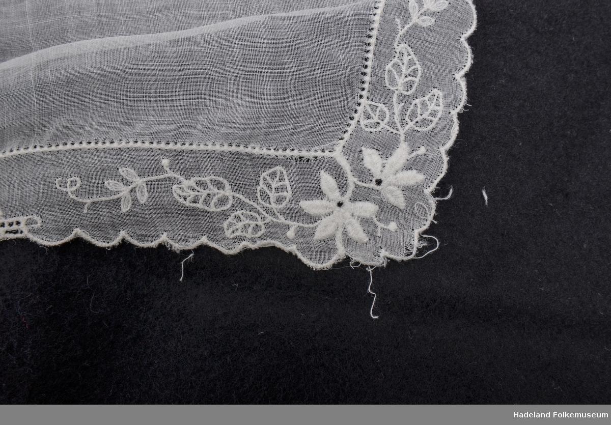 Krage til småpike, til kjole. Hvit bomullslerret med maskinsyde engelsk broderi. Hvitt skråbånd langs halskanten.