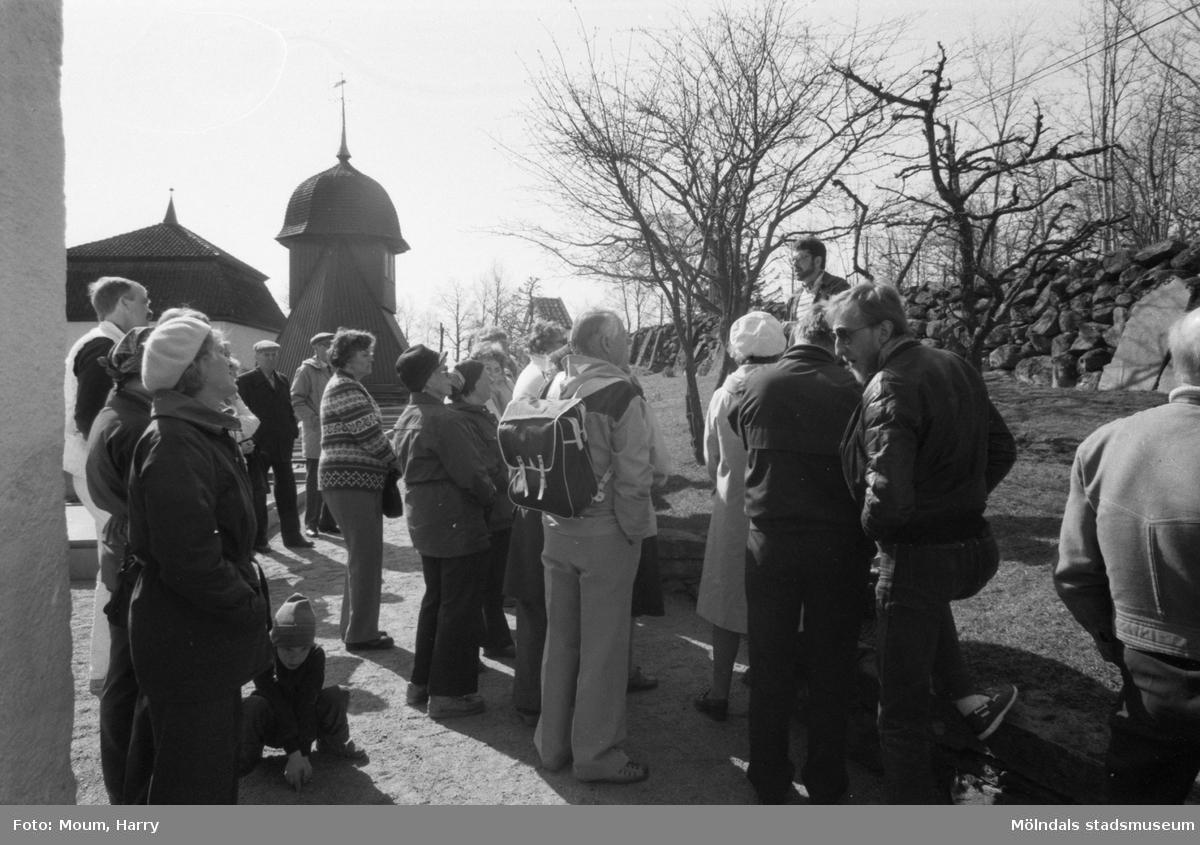 Kållereds hembygdsgille anordnar sockenvandring i området vid Kållereds kyrka, år 1984.  För mer information om bilden se under tilläggsinformation.