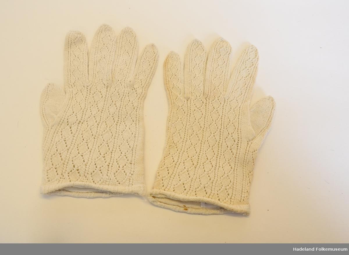 Fingervåtter, hvitt bomullstoff. Mønstret binding.