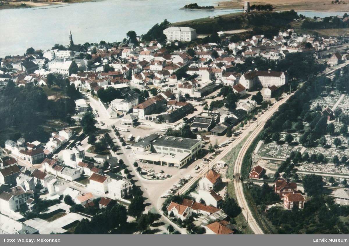 Flyfoto av Tønsberg med Haugar Kunstmuseum og Slottsfjellet i bakgrunnen.