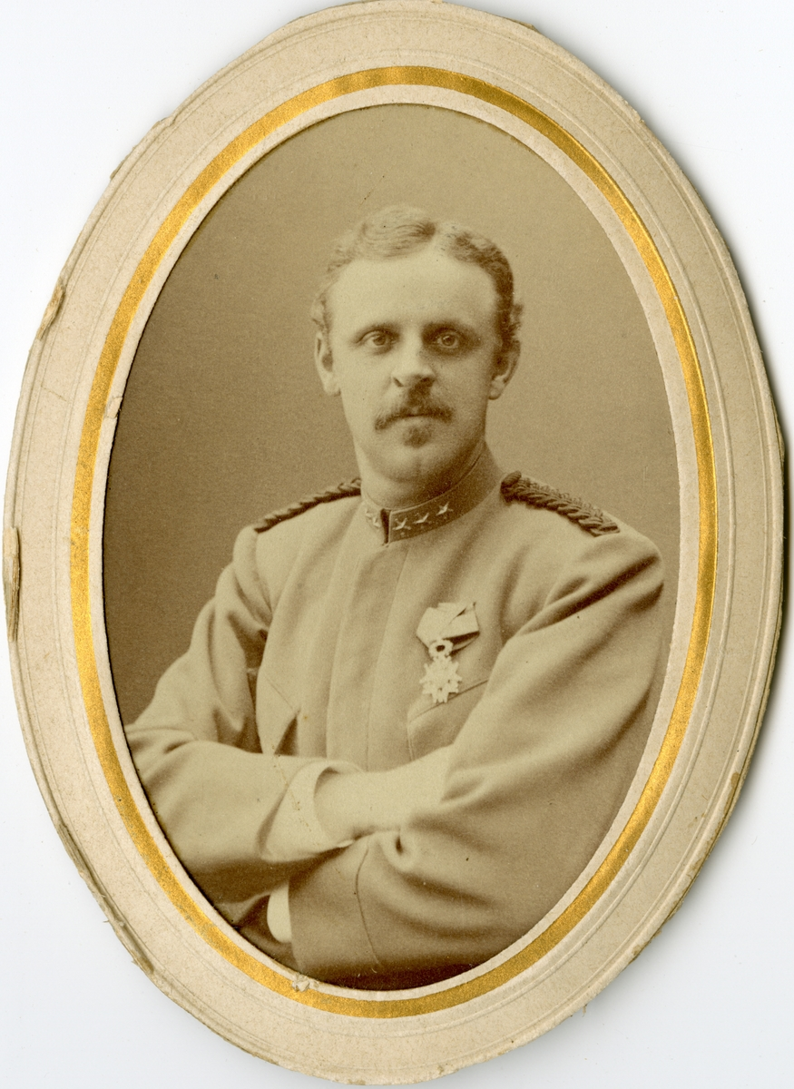 Porträtt av Georg Frans Herman Julius Juhlin-Dannfelt, löjtnant vid Fortifikationen.  Se även bild AMA.0007694 och AMA.0009652.