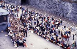 Mennesker i kø for å gå ombord i S/S 'Norway' (ex. 'France')