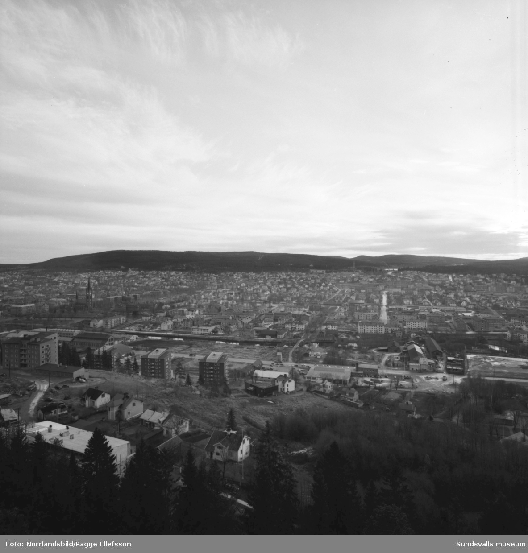 Vidvinkelbild över Sundsvall tagen från Norra berget mot Södra berget och Sidsjön.