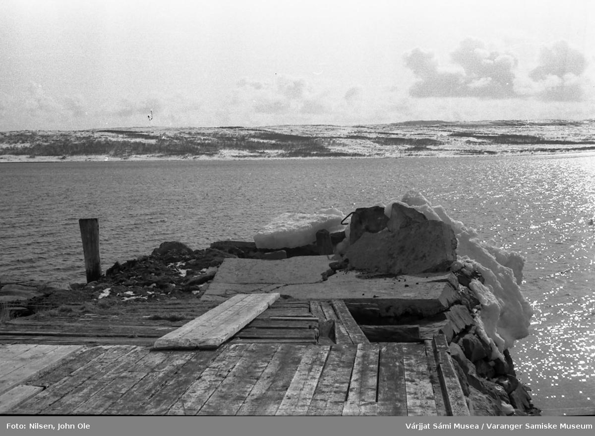 Kaia i Gornitak som er delvis brutt i stykker av fjordisen. Angsnes i bakgrunnen. 1967.