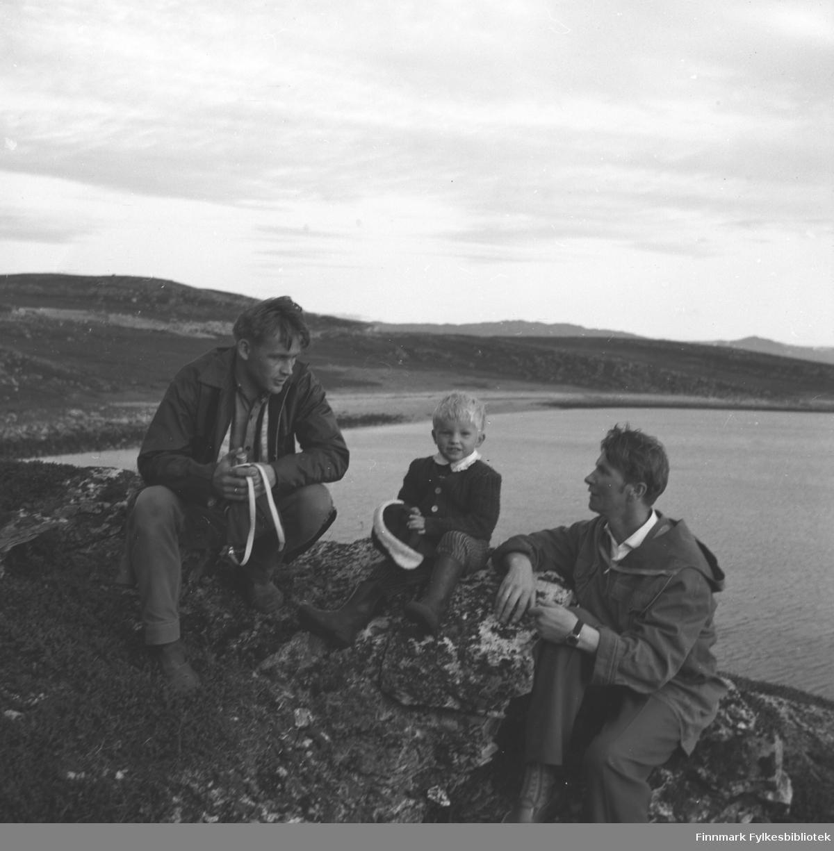 Tre personer i fjæra utenfor Hammerfest, De er fra venstre: Leif Nystrøm, Ketil Nystrøm og Eino Drannem.