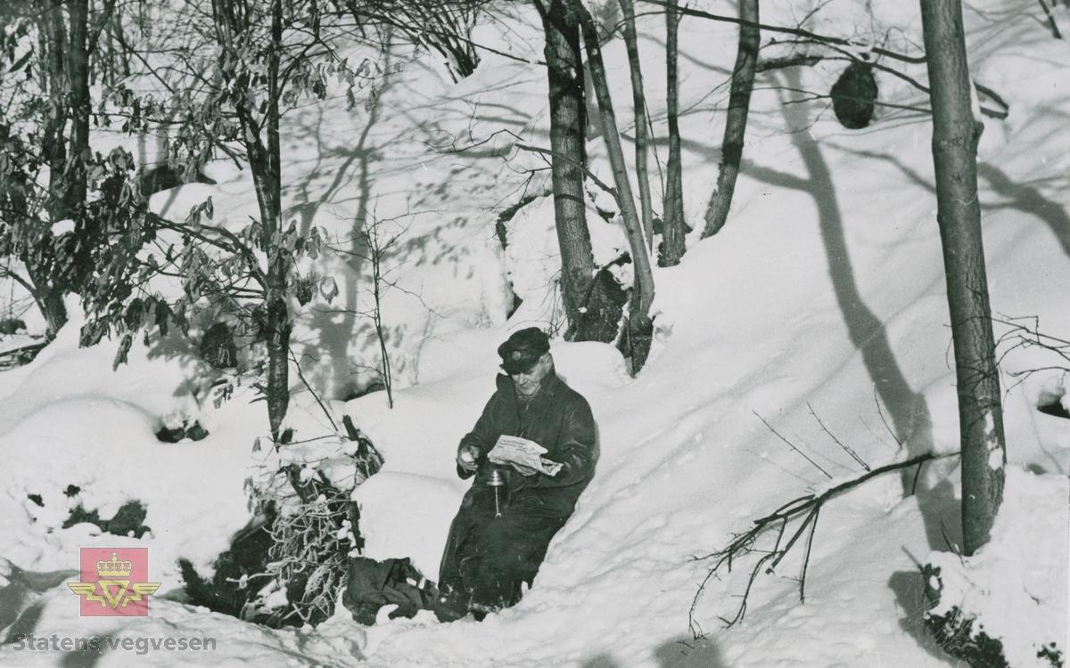 Kaffepause i snøen. Sannsynligvis er bildet fra vinteren 1939.