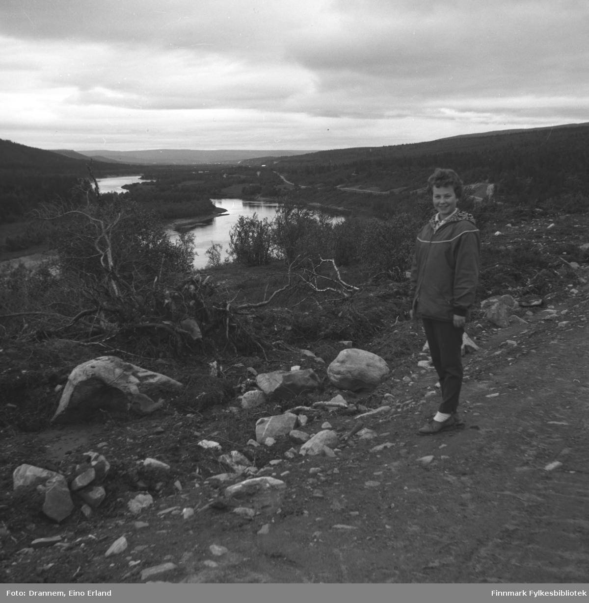 Turid Karikoski fotografert innefor en innhengning i Neiden.