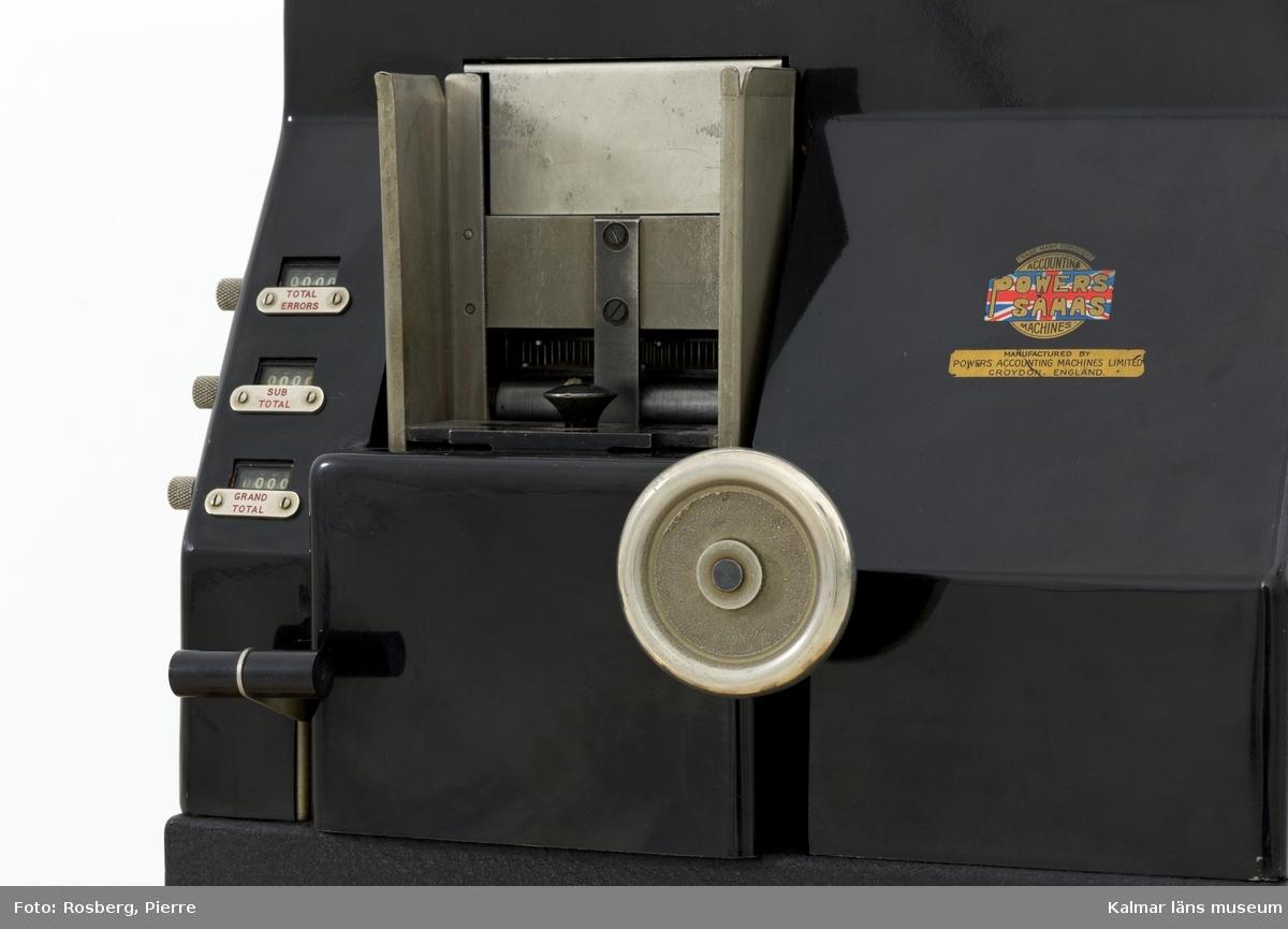 KLM 28585:5. Hålkortsmaskin, automatisk kontrollstansmaskin. Användes för att kontrollera att stansningen av hålkorten genomförts korrekt med stansmaskinerna. Det var viktigt att stansningen var felfri eftersom hålskrifterna utlöste alla efterföljande operationer. Denna maskin är automatisk och elektrifierad. Av svartlackerad metall. På framsidan ett vred samt utrymme för inmatning av hålkort. Upptill reglage. På baksidan utrymme för kortens utmatning. På högra sidan en utdragbar låda med text: CHIP TRAY. I lådan ligger diverse reservdelar till maskinen, inslagna i ett kuvert med Postverkets stämpel samt ett Postsakskort med skriven text (otydlig) angående reservdelarna. Ett handtag på maskinens fram- och baksida. På baksidan även en svart elsladd. Maskinen står på en metallskiva. På maskinen diverse fastskruvade metallskyltar samt ett klistermärke, samtliga med information om tillverkaren och produktionen, bl.a: POWERS SAMAS ACCOUNTING MACHINES ENGLAND. På baksidan en mindre metallskylt med instansade siffror: 0264. Till maskinen hör en skyddshuv av svartmålad textil med text i guld: POWERS FOUR AUTO-VERIFIER.