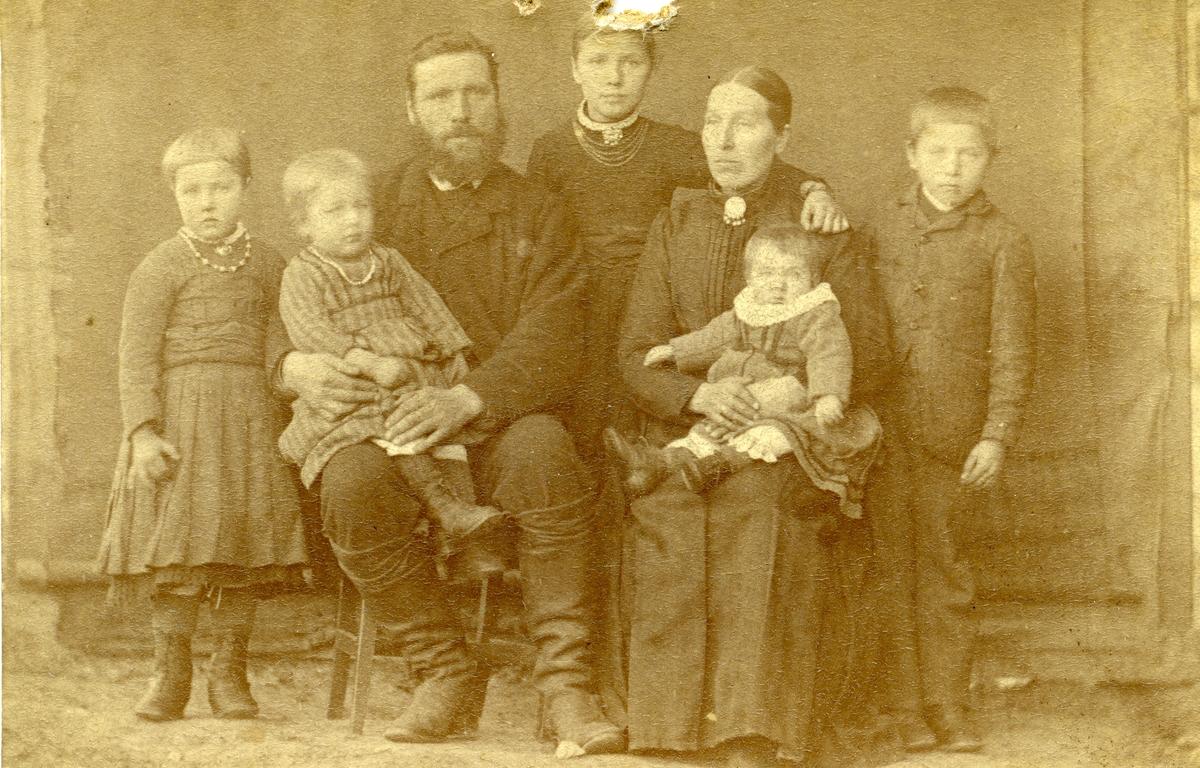 Portrett av Herman Grøv med familie.