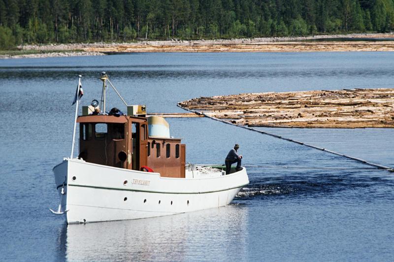 I DRIFT: Trysilknut var i drift som tømmerslepebåt til 1984. Året etter ble den museumsbåt. Foto: O.T. Ljøstad/Norsk Skogmuseum