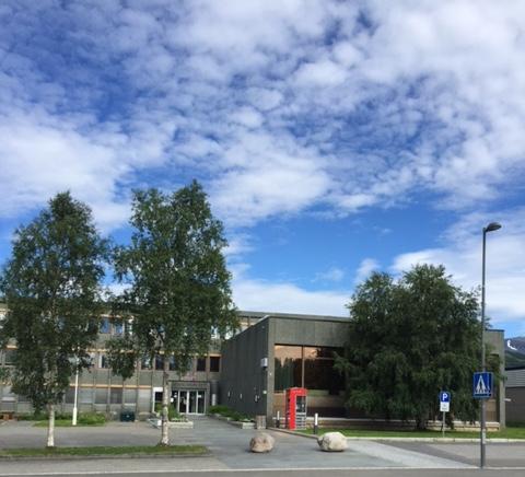 Denne telefonkiosken står ved Bardu kommunehus, og er en av de 100 vernede kioskene i Norge. Den verna telefonkiosken i Bardu er tatt i bruk som bokbyttekiosk. Det er biblioteket i Bardu som organiserer arbeidet med bokkiosken. De røde telefonkioskene ble laget av hovedverkstedet til Telenor (Telegrafverket, Televerket). Målene er så å si uforandret.  Vi har dessverre ikke hatt kapasitet til å gjøre grundige mål av hver enkelt kiosk som er vernet.  Blant annet er vekten og høyden på døra endret fra tegningene til hovedverkstedet fra 1933. Målene fra 1933 var: Høyde 2500 mm + sokkel på ca 70 mm Grunnflate 1000x1000 mm. Vekt 850 kg. Mange av oss har minner knyttet til den lille røde bygningen. Historien om telefonkiosken er på mange måter historien om oss.  Derfor ble 100 av de røde telefonkioskene rundt om i landet vernet i 1997. Dette er en av dem.