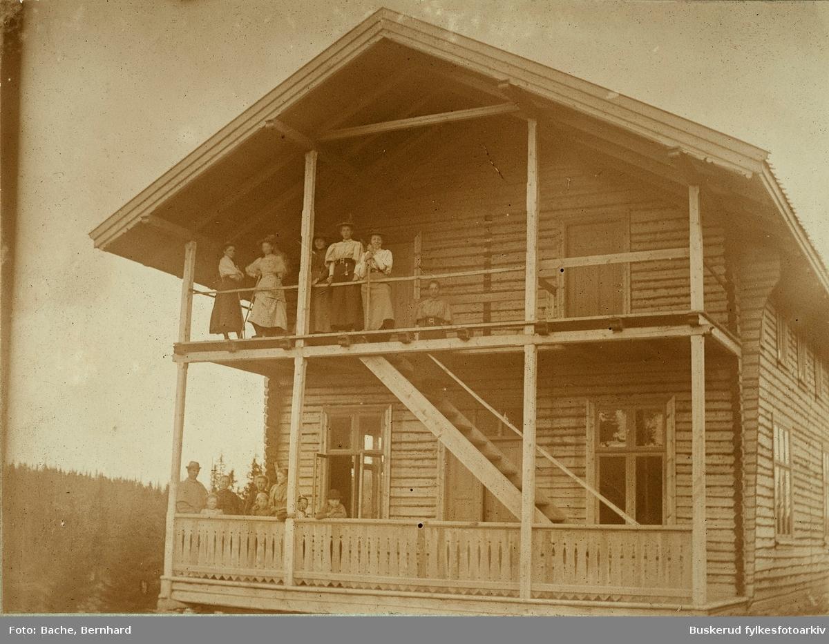 """Gamle Ringkollstua Losjerende i turisthytten   Byggingen var en følge av etableringen av Hønefoss og Omegn Turistforening i 1893. Foreningen kjøpte tomta i 1894, på det stedet som da gikk under navnet «Germundboseter», og året etter ble den første hytta satt opp. Det offisielle navnet var «Ringkollen Turisthotell», men den fikk raskt tilnavnet «Turisten». Bygningsmassen ble bygd ut i flere omganger, og ble etter hvert både til overnattingssted og café. I 1949 kjøpte Skiforeningen Ringkollstua.  Tidlig på 1900- tallet ble stedet besøkt av tusenvis av turister og ble i 1923 utvidet med spisesal og salong. Ringkollen hadde den gang til og med engelske turister som bodde på Glatveds Hotel i Hønefoss.  Turisten"""" brant ned tidlig på 1970-tallet, og Ringkollkapellet ble senere bygget opp på dette stedet."""