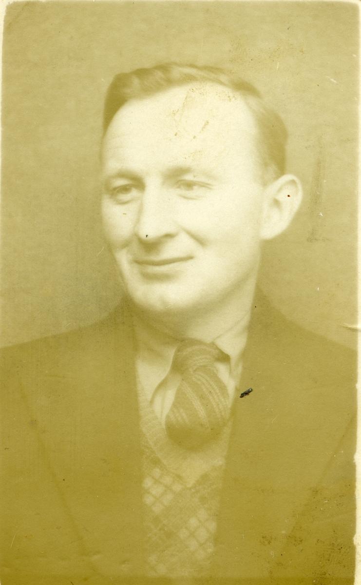Portrett av Ivar Islandsmoen.