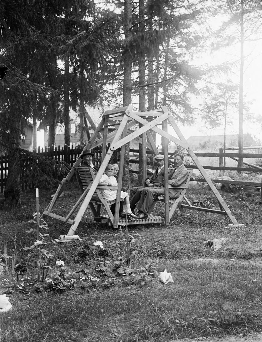 """""""I amerikanska gungan hos Enwall Fjärdhundra"""", Simtuna socken, Uppland 1918"""