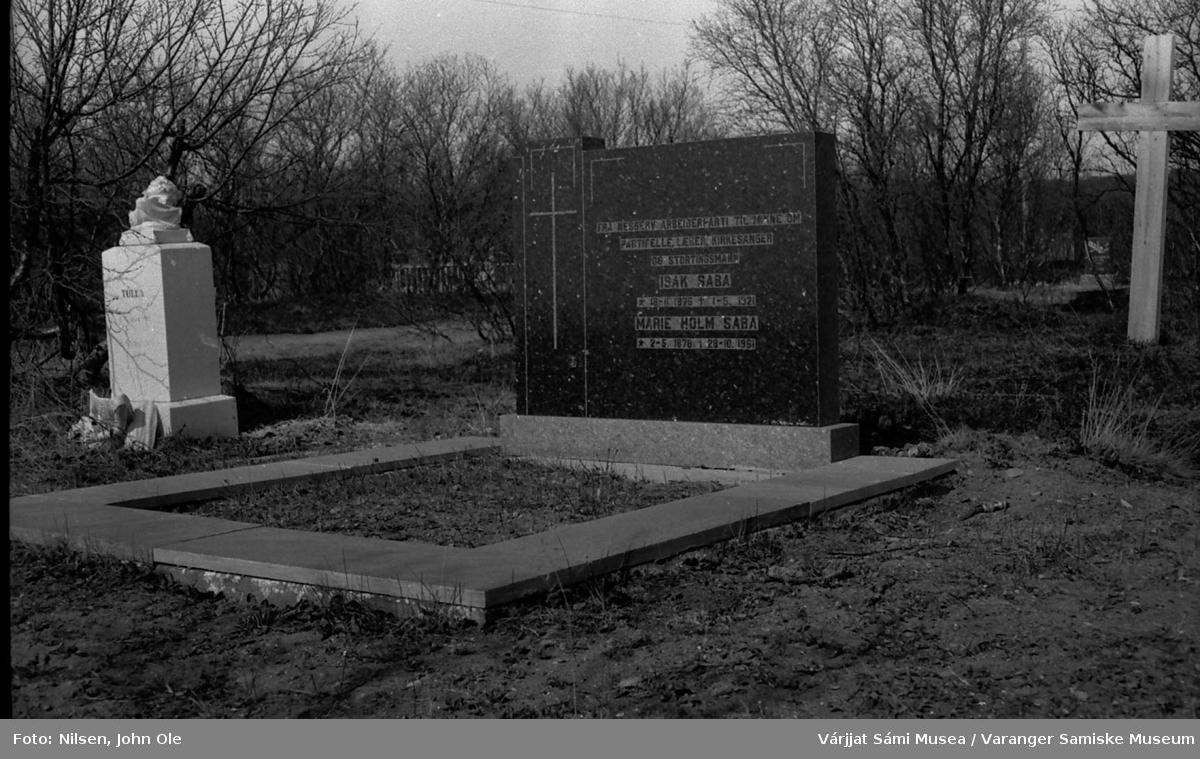 Gravsteinen til Isak og Marie Saba på Nesseby kirkegård med følgende inskripsjon:  FRA NESSEBY ARBEIDERPARTI TIL MINNE OM PARTIFELLE, LÆRER, KIRKESANGER OG STORTINGSMANN Isak Saba født 18.11.1876. død 1.5.1921 og kona Marie Holm Saba født 2.5.1876. død 28.10.1961. Isak Saba ble bare 44 år gammel.