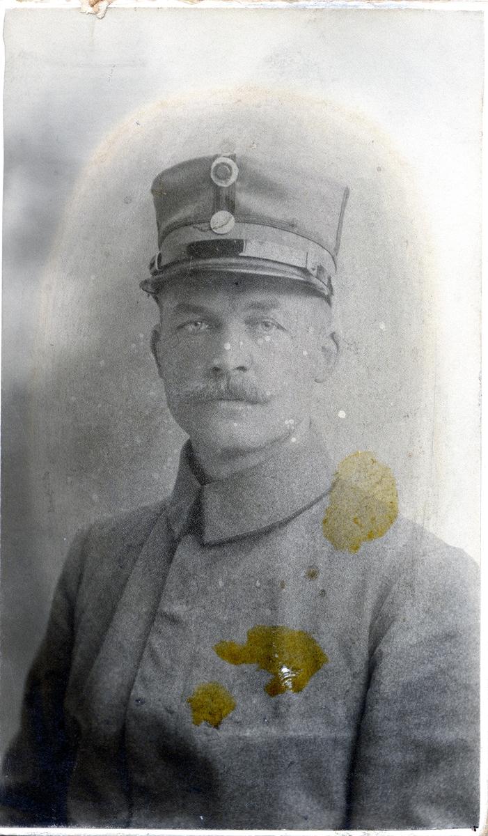Portrett av Herman Karlsgot iført uniform.
