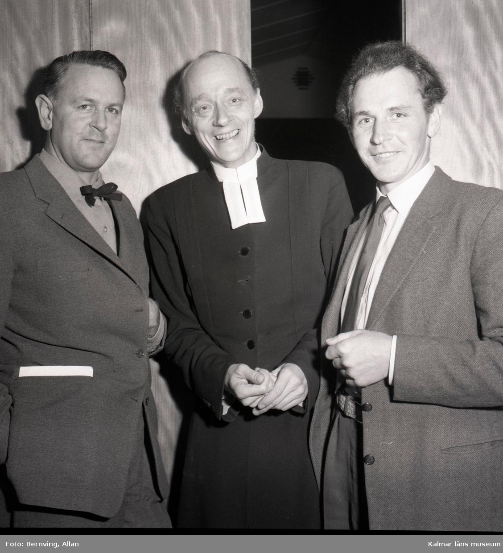 Överlämnadet av en tavla den 30/10 1958 i Föra kyrka, i mitten kyrkoherde Nils Sjöstrand.