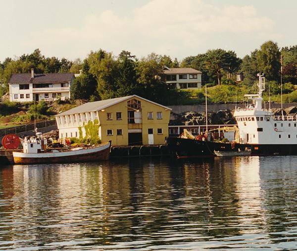 Kabelskip ved utenfor Dolviken sjøkabellager (Foto/Photo)