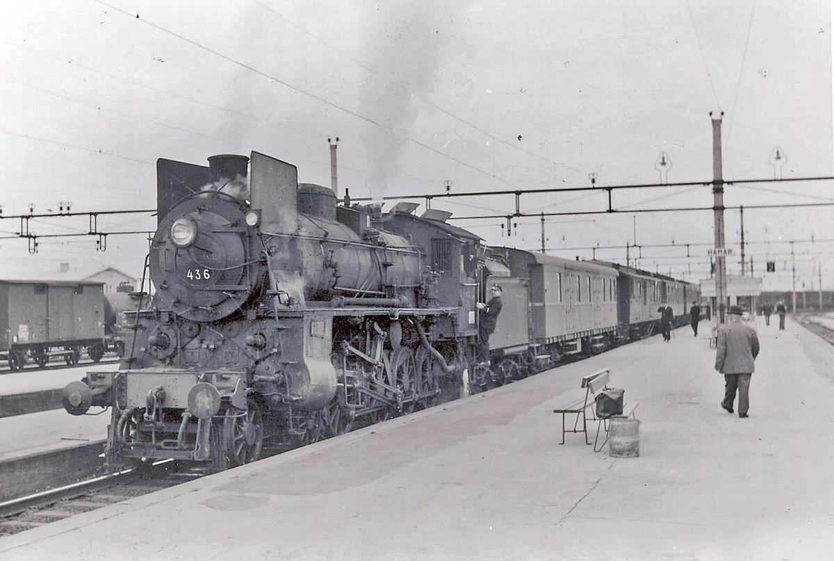 Damplokomotiv type 26c 436 med persontog 308 fra Otta til Oslo Ø Hamar stasjon.