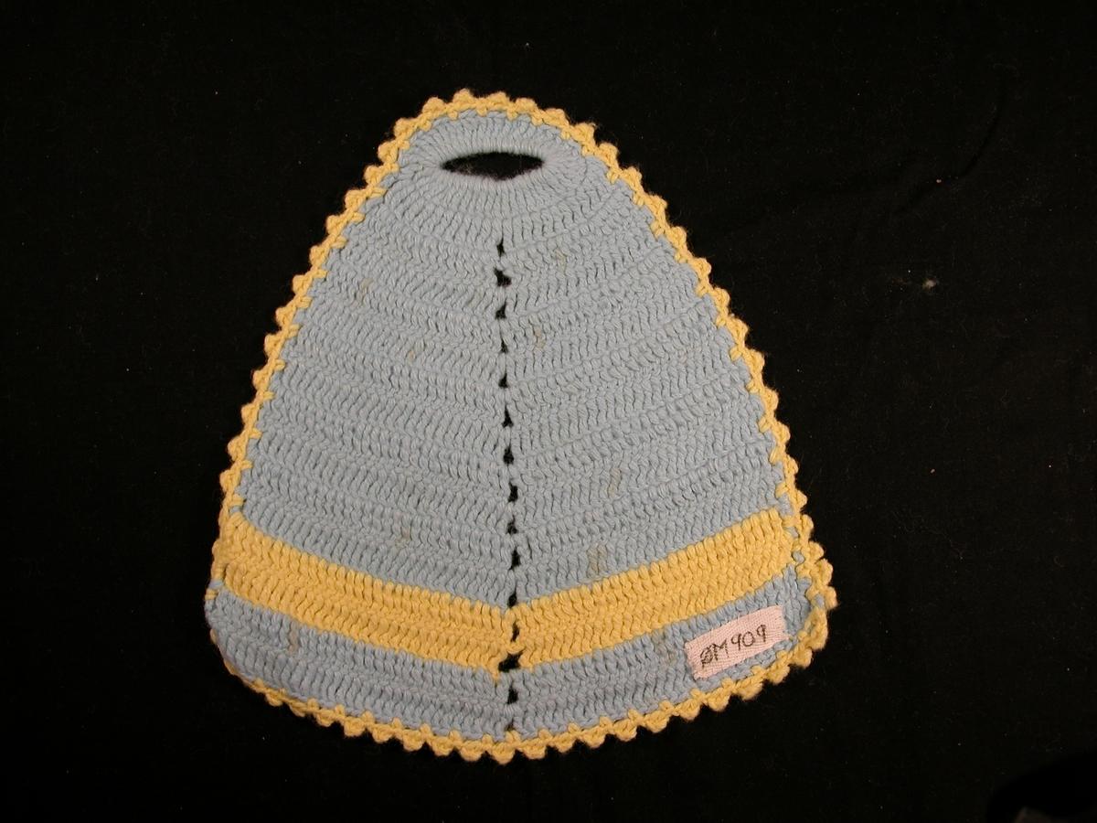 Blå bunn, gul stripe på det tjukkaste, og gul kant rundt. Hol øvst, samt markering av midtakse.