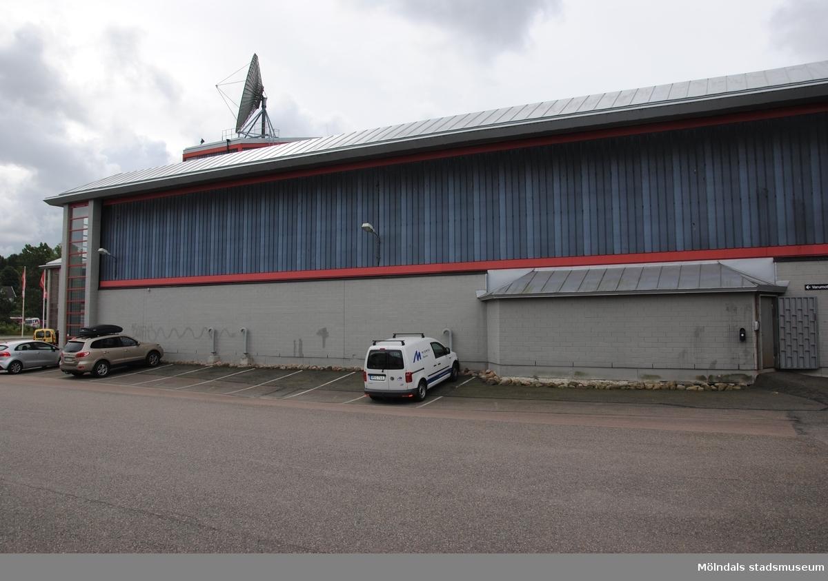 Byggnadsdokumentation av affärscentrum K-gallerian i Kållered med adress Ekenleden 6, Våmmedal 2:158, som fått rivningslov. Exterörfotografi från norr den 5/7 2016.