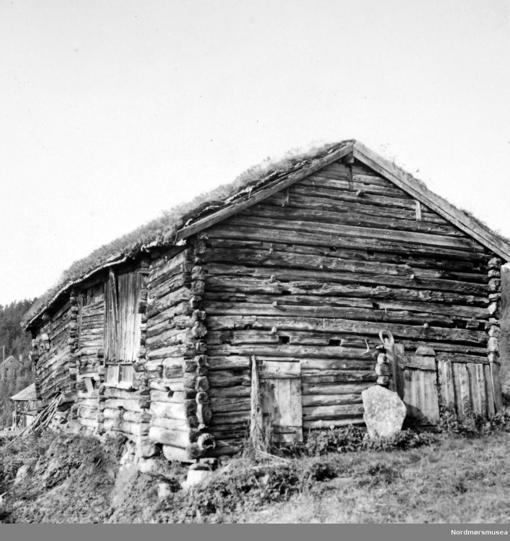 Gammel uthusbygning på Duås, Osmarka.  Østgavlen og sørsida.   Se Yderstads notater i bind 10 side 187. Fra Nordmøre Museums fotosamling.