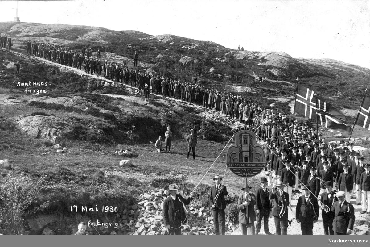 Foreningen Kristiansunderen med tog på St.Hanshaugen 17.mai 1930. Fra Nordmøre Museum sin fotosamling.