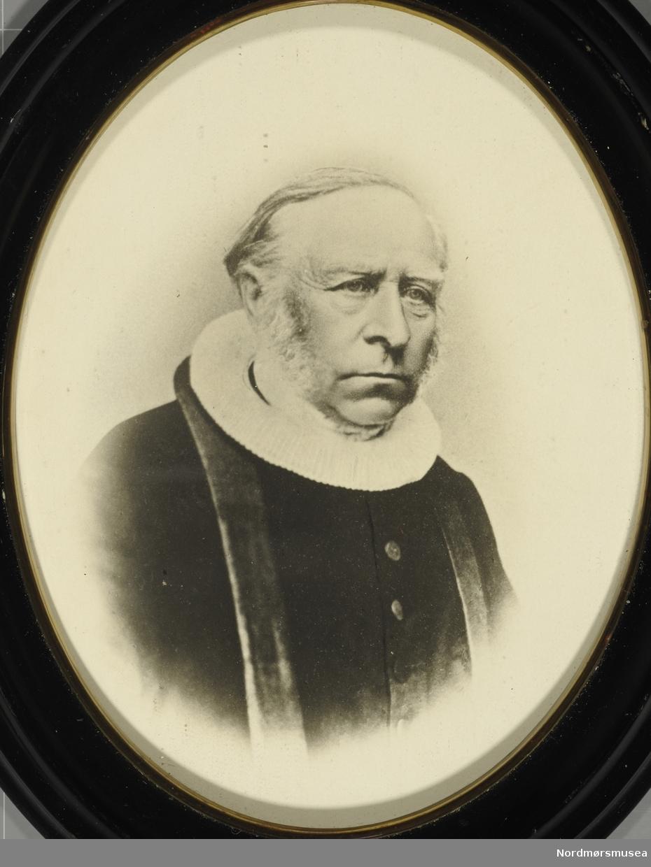 """"""";Halvor Christian Heyerdahl, f. 27/7-1801 (?) d. 28/9-1878 (?). Sogneprest i Edøy fra  28-1842 Herne fra 42. Gift 22/9-1828 med Bergine Mathea Fredriksen f. 9/9-1808 d. 9/10-1875 (.?..)""""; Foto av Halvor Christian Heyerdahl. Født 27. juli 1801 i Toten på Oppland. Sønn av Hieronymus Heyerdahl oh Sophie Fredrikke Schwabe. Han ble gift med Bergine Mathea Fredriksen den 22. september 1828 i Stjørdal, Nord-Trøndelag og døde den 28. september 1878 i Kristiansund i en alder av 77 år. Halvor C. Heyerdahl fikk tre barn med sin kone: Fredrikke Sophie Heyerdahl (f.1830 - d.1915), Hieronymus Heyerdahl (f. 1832 - d. 1876) og Marie Bernhardine Heyerdahl (f. 2. feb. 1844 - d. 24. sep. 1922). Dette etter følgende kilde: <a href=""""http://vestraat.net/iea-o/p2616.htm"""">http://vestraat.net/iea-o/p2616.htm</a> . (Erik Berntsens slektsider). Fra Nordmøre museums fotosamlinger."""