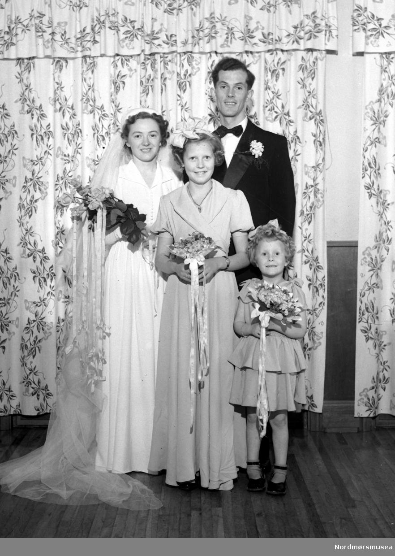 Bruden og Kristian Tommelty  med brudepiker, trolig fra Kristiansund.  Fra Nils Williams fotoarkiv. Fra Nordmøre museums fotosamlinger. EFR2015