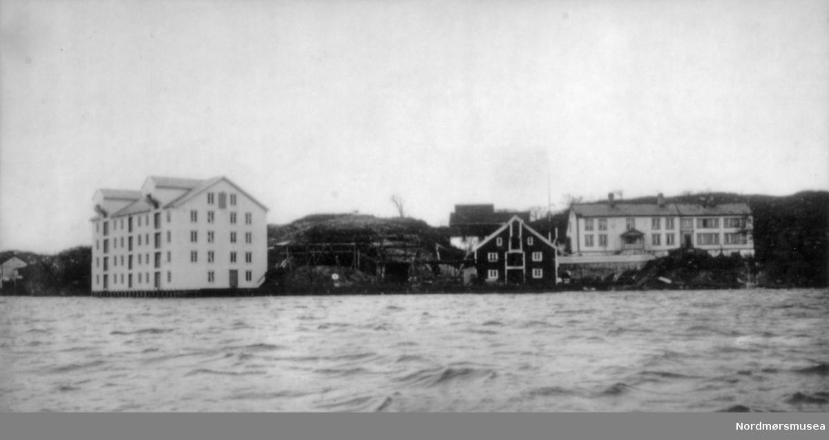 Foto av den gamle eiendommen Strand (mtr. 210) i Strandgata på Gomalandet. Under eiendommen lå også deler av Gomalandet, Bentnesset, Meløya og Skorpa.  Fra Nordmøre Museum sin fotosamling. EFR2015