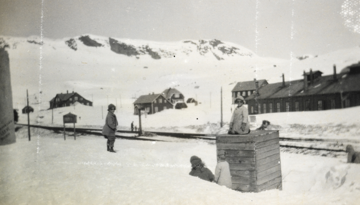 Fra Finse stasjon i mai 1924. Bak til høyre sees den gamle lokomotivstallen, som ble bygget om senere samme år.
