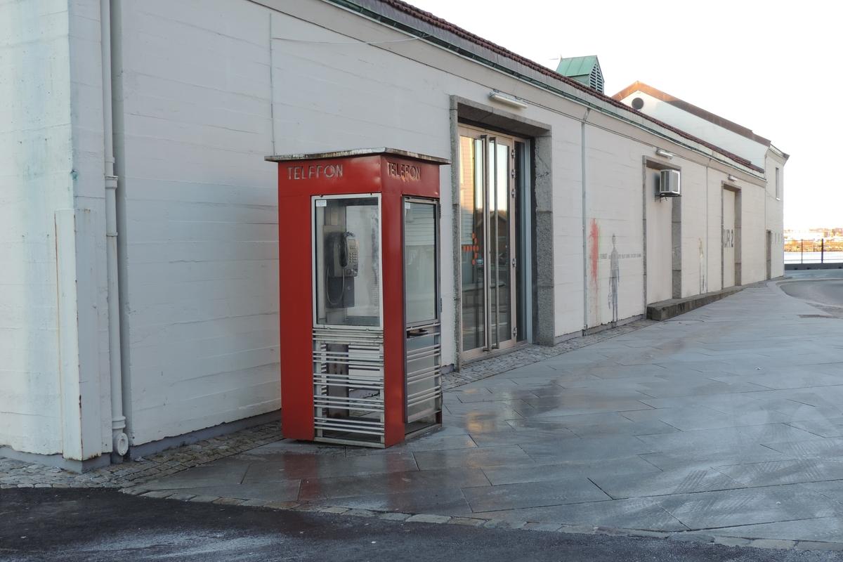 Telefonkiosken står på Strandkaien i Stavanger, og er blant de 100 vernede telefonkioskene i Norge. De røde telefonkioskene ble laget av hovedverkstedet til Telenor (Telegrafverket, Televerket). Målene er så å si uforandret.  Vi har dessverre ikke hatt kapasitet til å gjøre grundige mål av hver enkelt kiosk som er vernet.  Blant annet er vekten og høyden på døra endret fra tegningene til hovedverkstedet fra 1933. Målene fra 1933 var: Høyde 2500 mm + sokkel på ca 70 mm Grunnflate 1000x1000 mm. Vekt 850 kg. Mange av oss har minner knyttet til den lille røde bygningen. Historien om telefonkiosken er på mange måter historien om oss.  Derfor ble 100 av de røde telefonkioskene rundt om i landet vernet i 1997. Dette er en av dem.