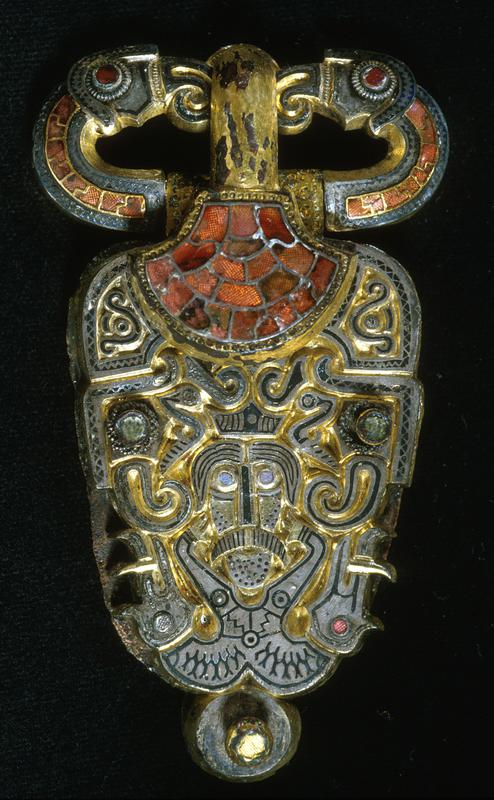Beltespenne i gull besatt med glassteiner. Øverst ser man to ravneaktige figurer. (Foto/Photo)