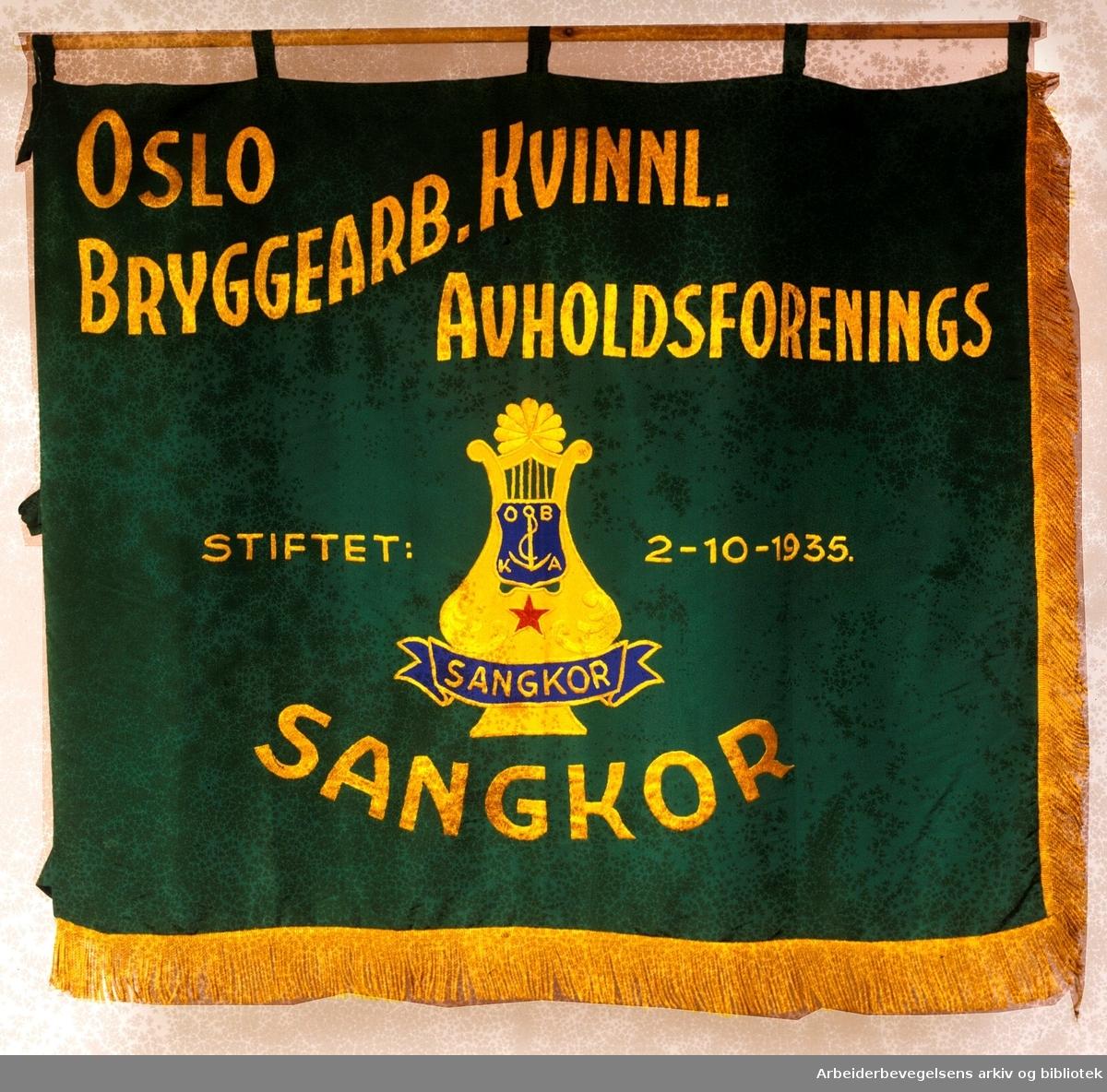 Oslo bryggearbeideres kvinnelige avholdsforenings sangkor.Stiftet 2. oktober 1935..Forside..Fanetekst: Oslo Bryggearb. kvinnl. avholdsforenings sangkor. Stiftet 2-10-1935