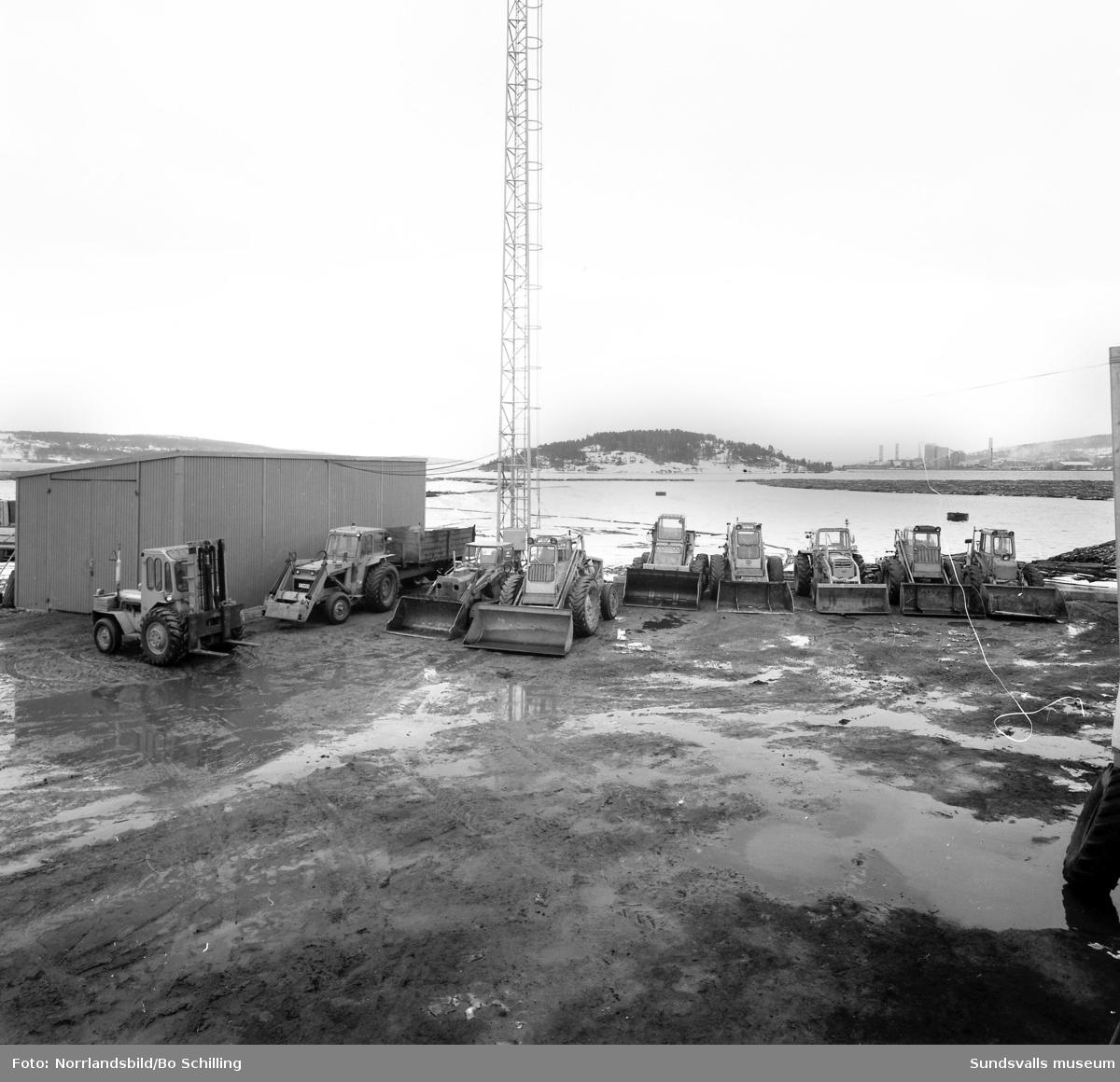 Traktortjänst Skön. Gruppfoto med personal utomhus vid Ortviken och andra bilden på traktorer tagen söderut med Tjuvholmen i bakgrunden.