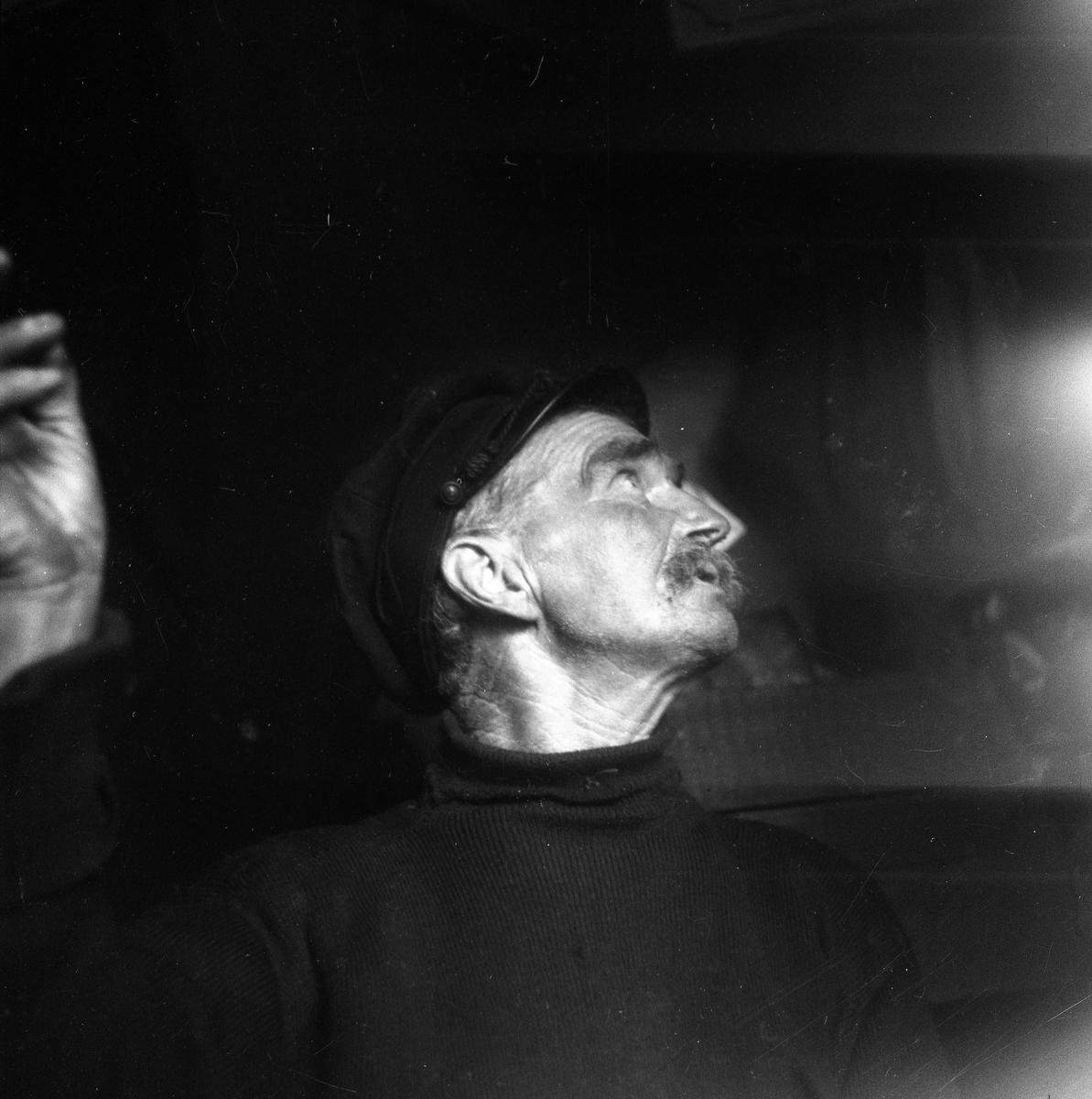 """Bror och Karl Andersson i sin hemsnickrade stuga som var tillverkad av lådor från J P Nyströms orgelfabrik och låg på Kaplansholmen i östra älvgrenens delta. De gick även under namnen """"Brollan"""" och """"Kalle Geta"""". Bröderna livnärde sig som fiskare och sålde dagens fångst vid strandhugg inne i Haga. Mer att läsa om bröderna finns i Morgan Larssons bok: Karlstadsoriginal. Bilden togs 1941."""