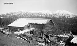 Uthusbygninger i gardstun i foreløpig uidentifisert norsk fj