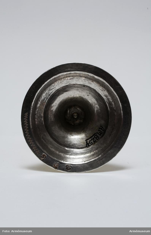 """I tre delar: bägare, mellandel och fot. Delarna är ihoplödda.  Kalken är helt förgylld. Märkt i fotens botten med ett tunt  redskap """"16 lo"""". Märkningen sitter i fotens botten och  innehåller: Åldermannaranka = föremålet tillverkat före 1754.  P=1727. HNW=Hans Eriksson Nordwall. Stadsvapnet för Stockholm 1727. Historik och litt, se AM 8247."""